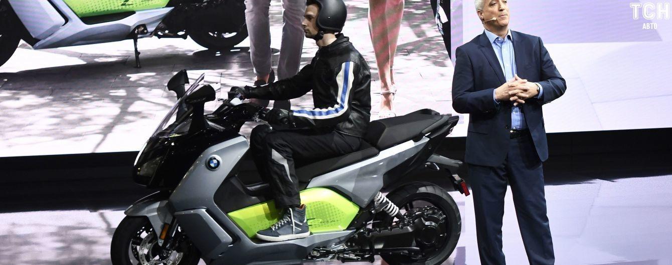 BMW запустит в барселоне байкшеринг с электрическими скутерами