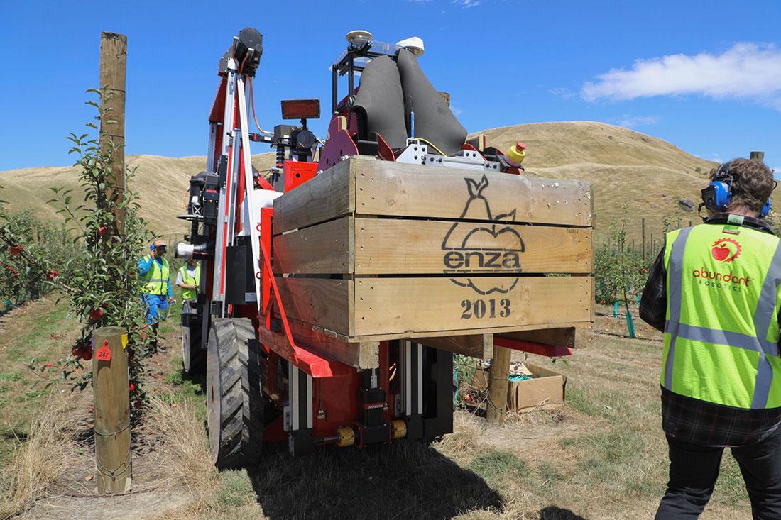 Первый в мире роботизированный комбайн собрал урожай яблок