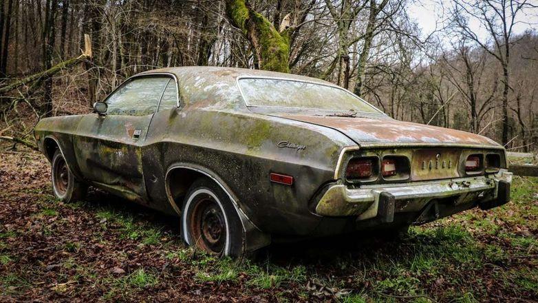 Брошенный Dodge Challenger 1973 поразил механиков своей комплектацией
