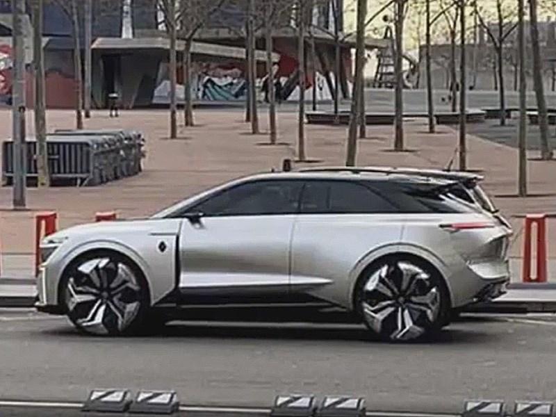 Необычный Renault запечатлели в Барселоне