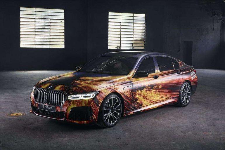 Седан BMW 7 Series превратили в полноценную картину