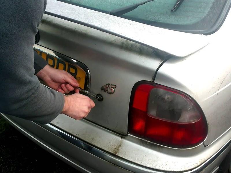 Как открыть багажник?