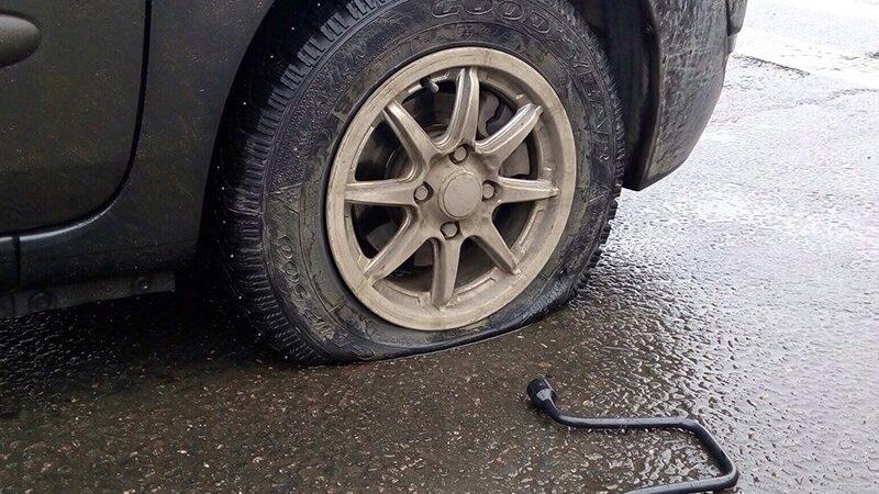 Что делать, если пробито колесо и нет запаски?