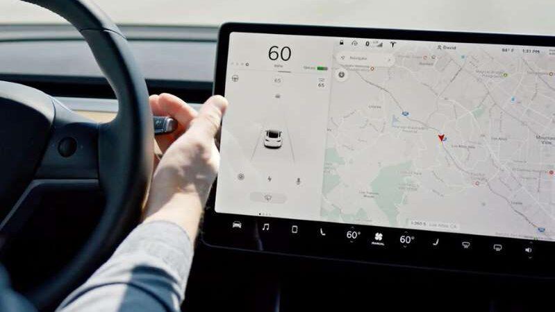 Автопилот Tesla теперь распознает светофоры