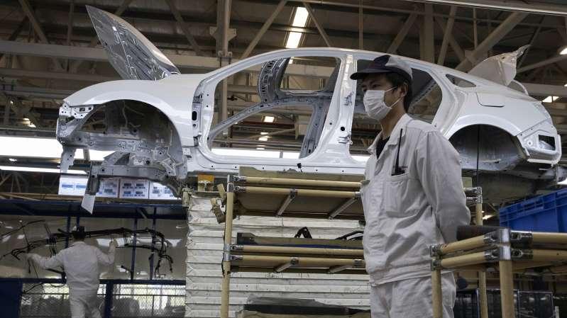 Много испытаний, много масок: как автомобильные компании надеются возобновить производство