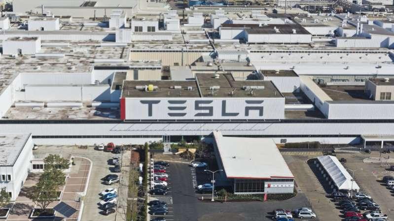 Tesla уволит рабочих и сократит зарплаты из-за коронавируса