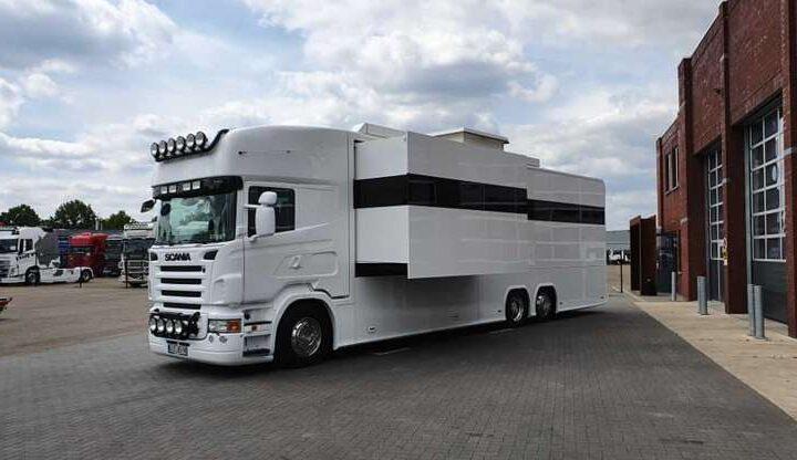 Удивительный Scania RV имеет три спальни с гаражом и шикарный интерьер