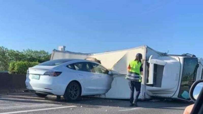 Tesla Model 3 на автопилоте врезалась в перевернутый грузовик
